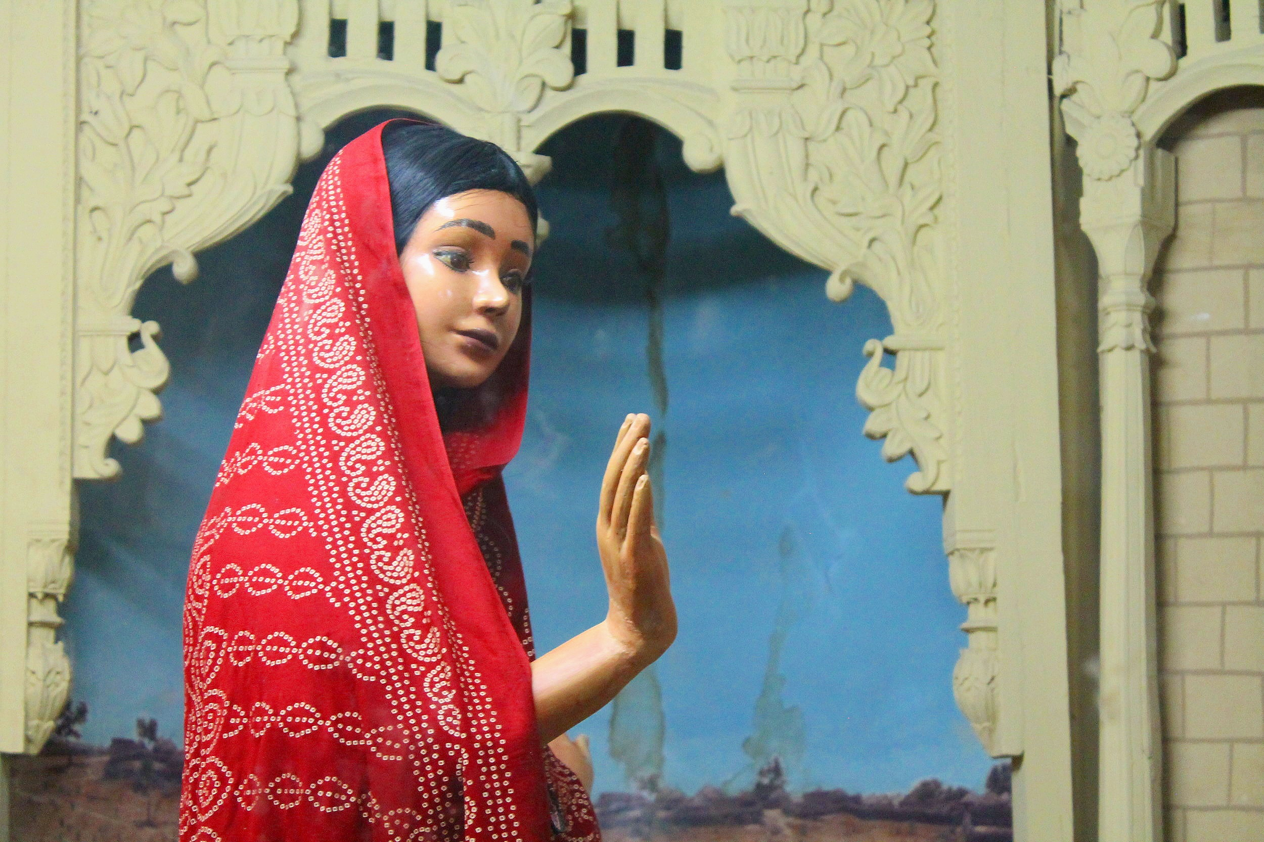 Diorama of Marvi refusing Umar's temptations of jewels, luxuries, and power at the Bhit Shah Museum