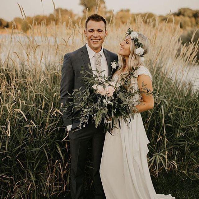 Another beautiful couple🙌🏻 Photo Credit @saracarlsonphotography . #weddingparty #weddingstyle #roseriverreceptions #idahoweddingvenue #idahowedding #eastidahoweddingvenue #eastidahowedding #riverwedding #outdoorweddingvenue #idahobride #eastidahobride #roseriverreceptions