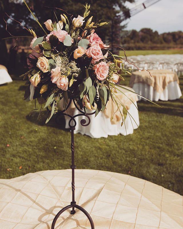 Perfect centerpiece💗 🙌🏻 #weddingparty #weddingstyle #roseriverreceptions #idahoweddingvenue #idahowedding #eastidahoweddingvenue #eastidahowedding #riverwedding #outdoorweddingvenue #idahobride #eastidahobride #roseriverreceptions