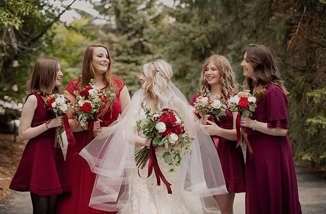 Beautiful bridal party! Photo credit 📷 @prestonpowellphoto #weddingparty #weddingstyle #roseriverreceptions #idahoweddingvenue #idahowedding #eastidahoweddingvenue #eastidahowedding #riverwedding #outdoorweddingvenue #idahobride #eastidahobride #roseriverreceptions
