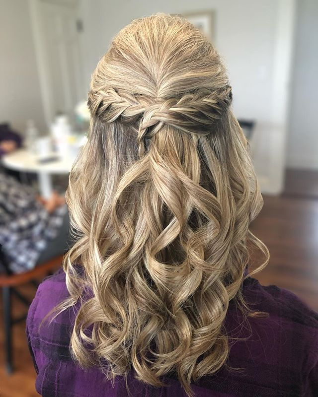 Love this half up half down style 🖤✨ . . . . . . . . #saloninthemills #druvhairartistry #weddinghair #bridesmaidhair #bridalhair #blondehair #curls #capecodwedding #capecodhairstylist #bostonhair #halfuphalfdownhairstyle #braids #foils #bride #bridesmaids #fallwedding #ilovehair #formalhair #instatop #instadaily #instahair #instahairstyle