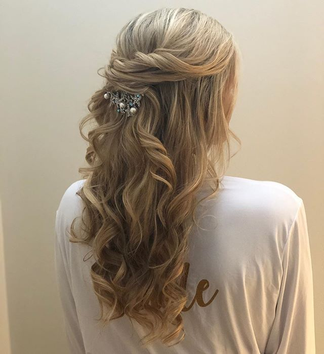 Beautiful and romantic half up style 👰🏼✨ . . . . . . . #weddinghair #druvhairartistry #saloninthemills #looseupdo #halfuphalfdown #bridalhair #somethingblue #somethingnew #capecodwedding #capecodstylist #capecodhairstylist #bridesmaidhair #bostonwedding #instahair #instatop #modernwedding #theknot #americansalon #redcarpet #redcarpethair #curlyhair #curlyhairstyles #blondehair #instadaily #hairporn #updo