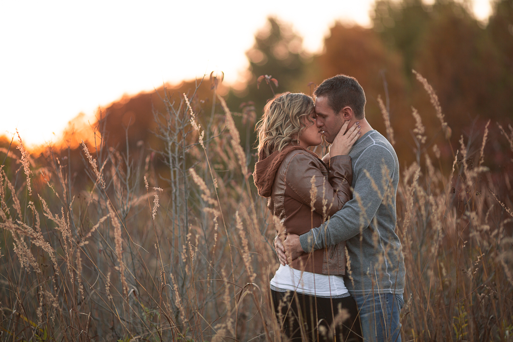 engagement session kissing in the field