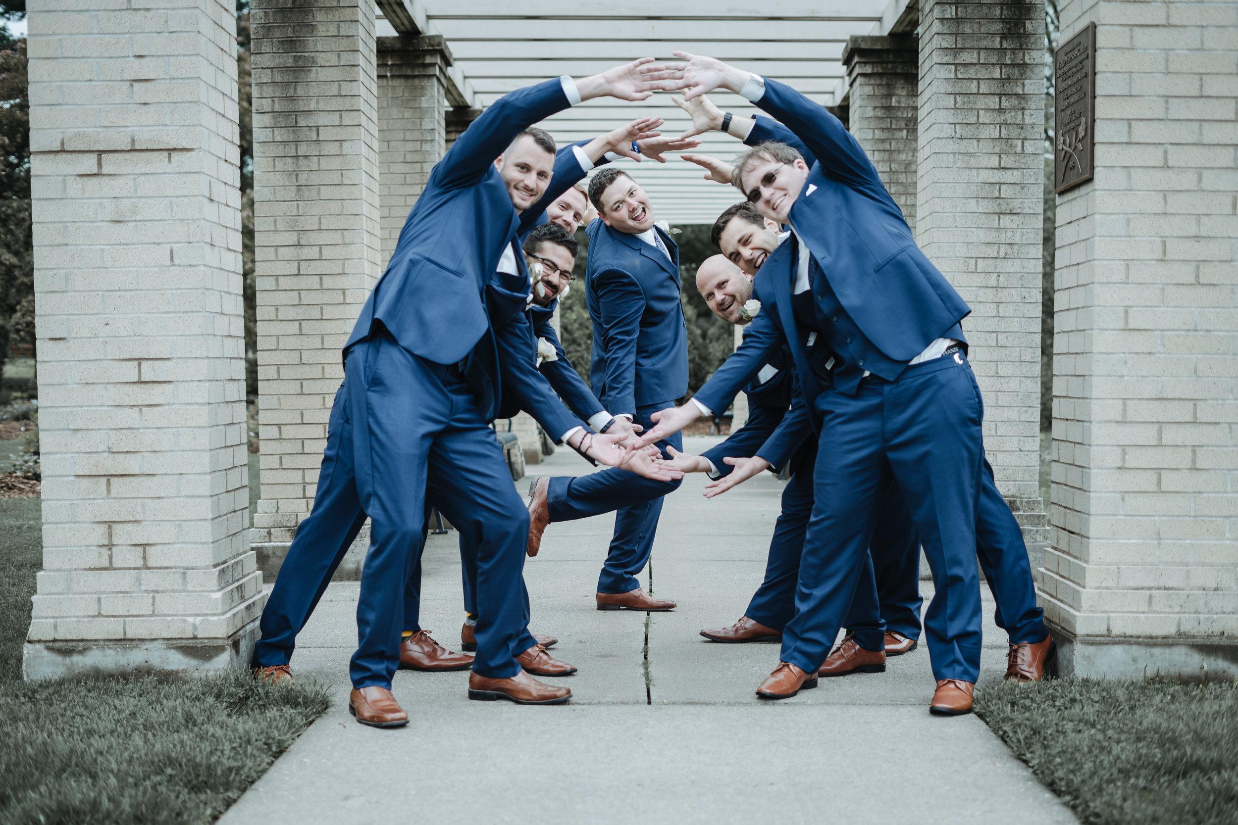 Fun-groomsmens-poses.jpg
