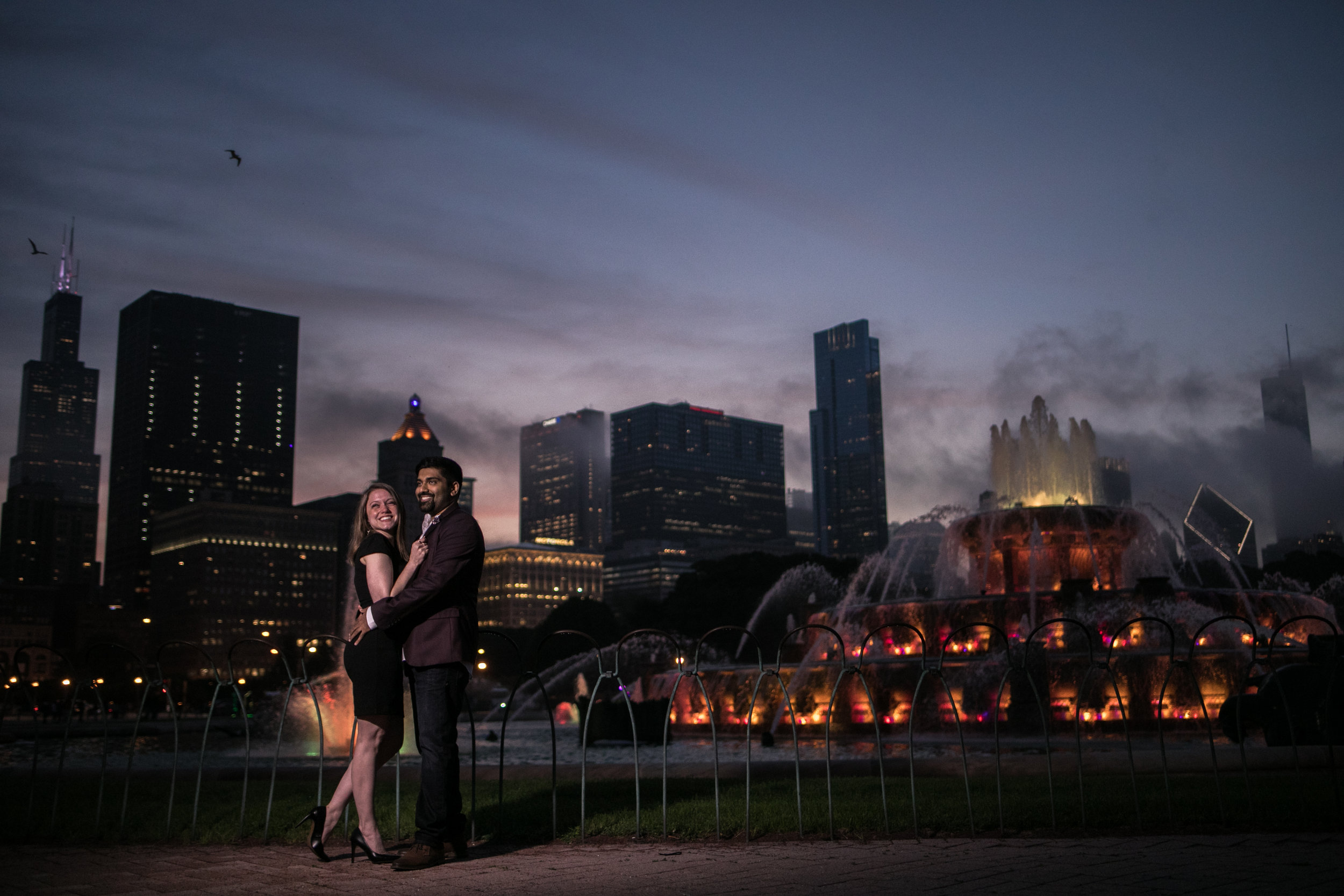 buckingham-fountain-engagement-photo-chicago-skyline-willis-tower-engaged-couple.jpg