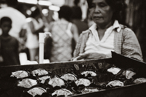A bibingka vendor in Cebu City's    Carbon Market   .    Photo    by Blue /    CC BY-NC-ND   .