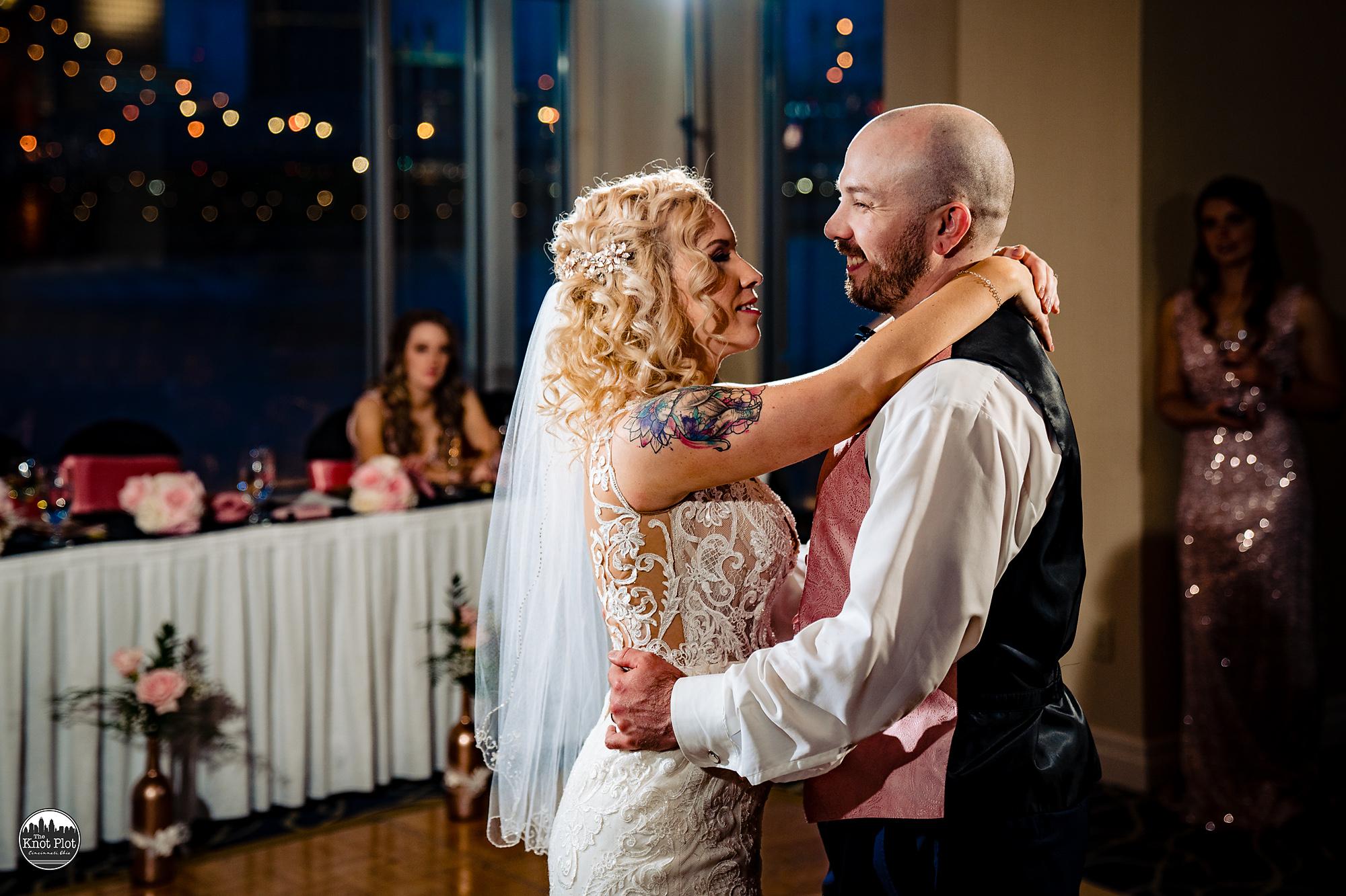 Embassy-Suites-Rivercenter-Cincinnati-Wedding-Photography-25.jpg