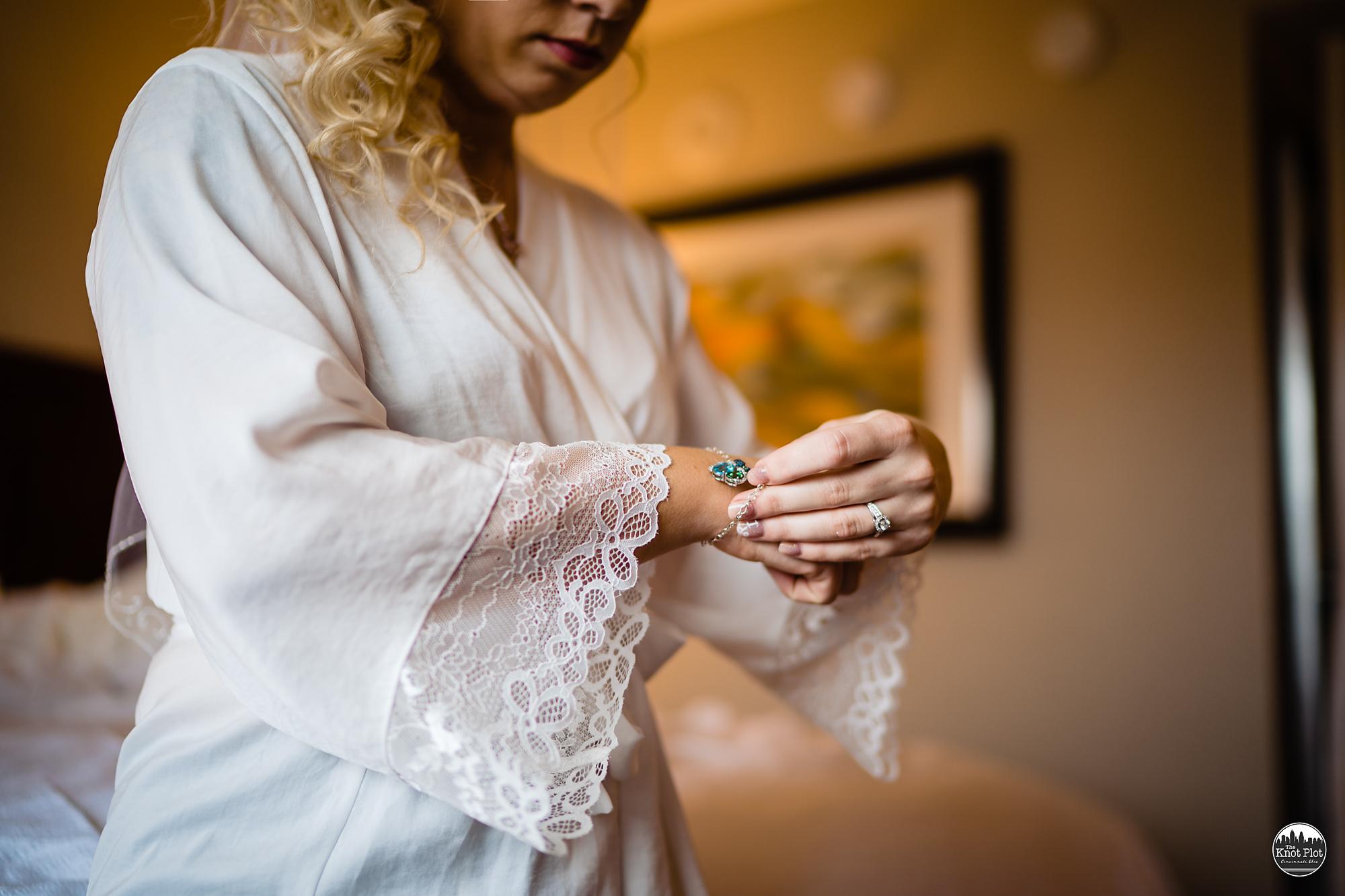 Embassy-Suites-Rivercenter-Cincinnati-Wedding-Photography-6.jpg