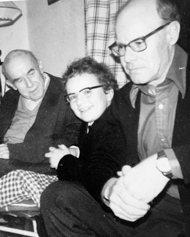 Johan Kvandal, far hans David Monrad Johansen og Wolfgang. Biletet er tatt i februar 1974 av mor til Wolfgang.