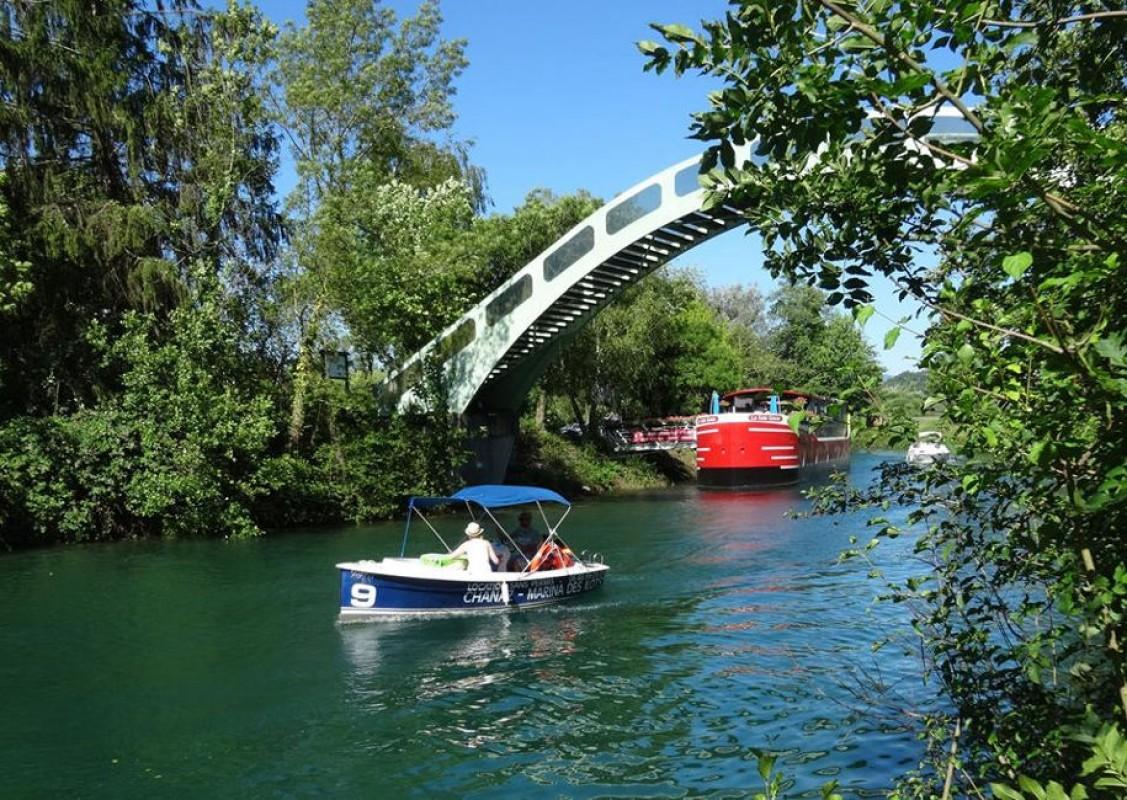 Remontez le canal de Savières en bateau électrique de Chanaz jusqu'au Lac du Bourget
