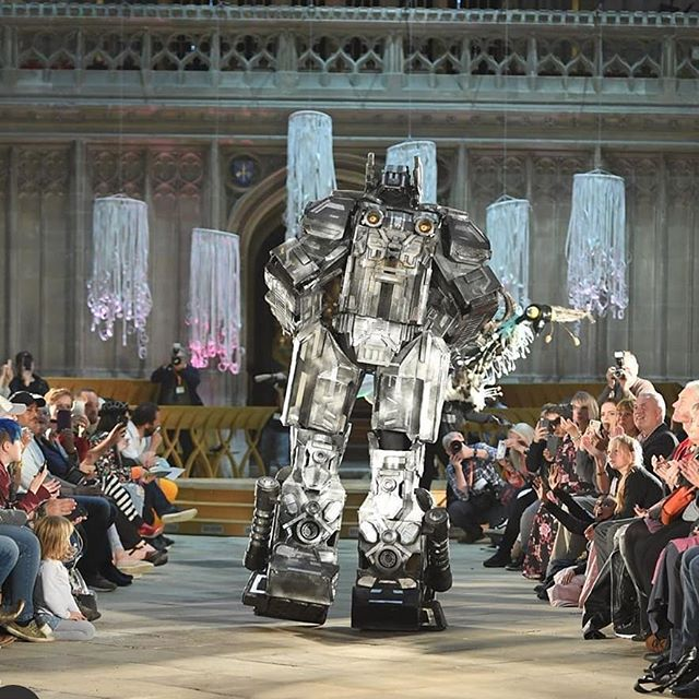 Just an enormous robot in the Cathedral....we asked for Robotics and we got it! Wonderful entry by Jay Wynn. Joint 2nd place winner in the independent category. What a sight.. . . . . . .@chris_heath_media
