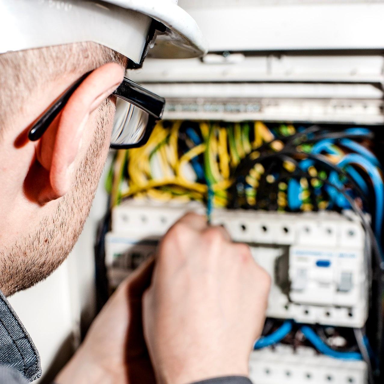 electrician-1080574_1920.jpg