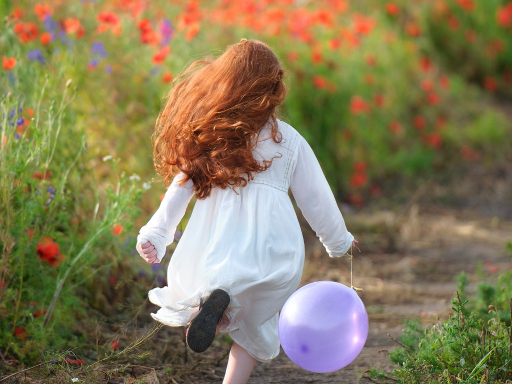 little-girl-running-in-a-poppy-field-picture-id881787978.jpg