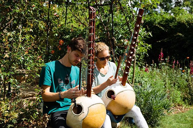 Last days of the workshop, learning kora in the sunshine 👉👈 . . . #kora #koramusic #korateacher #koraworkshops #koralessons #musiclessons #musicworkshop #learnthekora  #learnthekorauk #learnnewinstruments #worldmusic #westafricanharp #stamford #retreat #musicretreat #meditation #newmusic