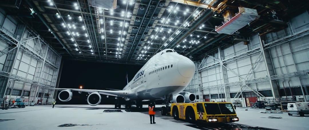 lufthansa-new-livery-beklebung-a380-rom-flugzeug-hangar-timelapse1.jpg