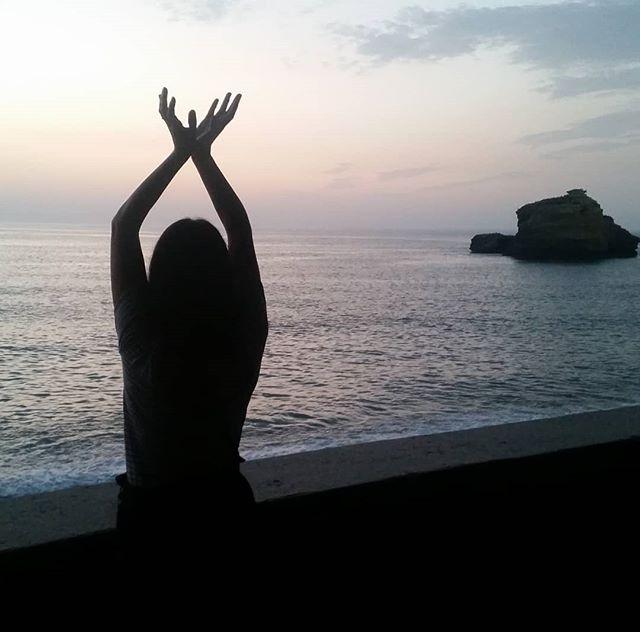 Connectée 🌛🌎 bonne soirée depuis Biarritz 🙏 #biarritz #sunset #mudra