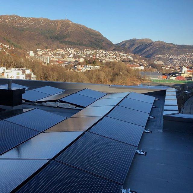 Solenergiprodukter kan gi bygg spennende arkitektur, egenprodusert grønn energi og bedre energisertifisering. 🌿 Solceller og solfangere er en svært miljøvennlig måte å produsere strøm og varme på. Etter at anlegget er installert er det minimalt med driftskostnader og ved- likehold de neste 20–30 årene👌🏻 ☀️ Teknologien er allerede moden til å dekke store deler av et byggs energibehov. Besøk www.suno.no⚡️!