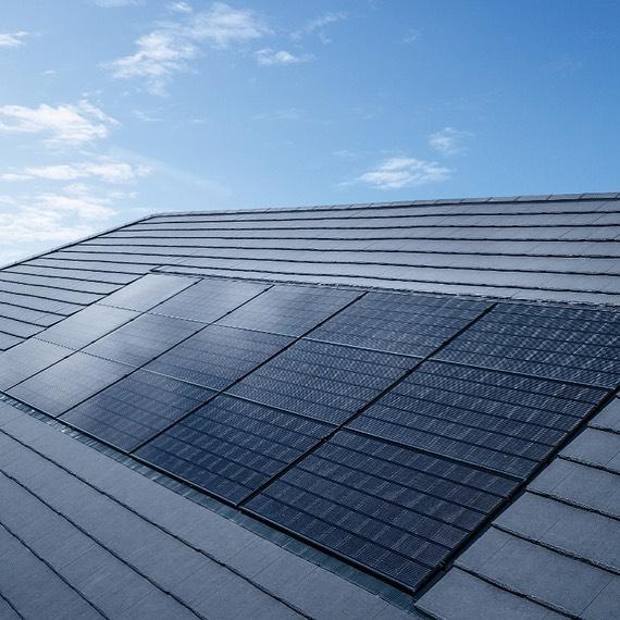 Hovedårsaken til at mange av våre kunder velger integrerte løsninger, som soltakstein og integrerte solcellepaneler, er estetiske, men når det er sagt, så er det samtidig en løsning som lar deg slå to fluer i en smekk. ⚡️ Når et tak først skal byttes er dette allerede en stor investering. Om du uansett lenge har tenkt på å skaffe deg solceller kan du spare kostnader på å lage det nye taket samtidig som det monteres solceller, og enda enklere blir det når du kun trenger å forholde deg til en bedrift. 🌿 Er du klar for å holde Norges energi grønn, trygg og sikker?Besøk www.suno.no!