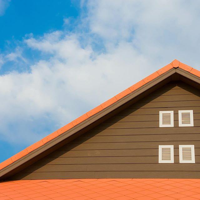 Suno kan tilby bytte av tak i hele Hordaland 🏘 Hos oss kan du velge mellom integrerte solceller, soltakstein og vanlig takstein. Om taket ditt må byttes ut, kan det være lurt å slå to fluer i en smekk. ⚡️ Med ny teknologi og lavere produksjonskostnader er det blitt lønnsomt å installere solcelleanlegg i Norge, og du gjør det samme med et takbytte, så er dette en god investering 🌿 Er du klar for å holde Norges energi grønn, trygg og sikker?Besøk www.suno.no/takbytte!