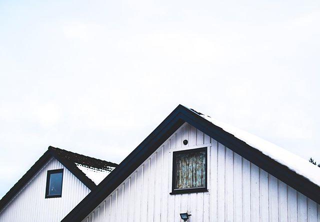 Trenger du et nytt tak? 🌿 Når et tak først skal byttes er dette allerede en stor investering. Om du uansett lenge har tenkt på å skaffe deg solceller kan du spare kostnader på å lage det nye taket samtidig som det monteres solceller, og enda enklere blir det når du kun trenger å forholde deg til en bedrift. ☀️ Selv om integrerte solcellepaneler eller solartakstein koster litt mer enn vanlig takstein, hentes den merkostnaden inn igjen, gjennom at du etter takbyttet produserer din egen strøm, både for salg og for egen bruk. ⚡️ Vi hjelper deg med å finne ut hva som er den beste løsningen for taket ditt! Besøk suno.no💡