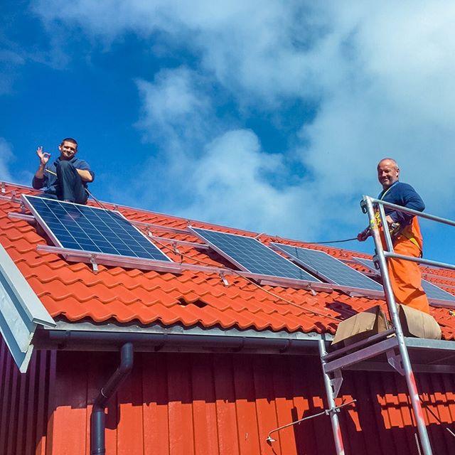 Ønsker du å redusere strømutgiftene? ⚡️ Solceller er nå billigere enn strøm fra fossile energikilder på mange steder i verden. Også i Norge kan prisen på strøm fra solcellepanel konkurrere med å kjøpe strøm fra nettet når man ser på hele levetiden til solcellepanelet. ☀️ Selv om Norge ligger langt nord er det fortsatt mulig å bruke solenergien som vi får på effektivt vis. I snitt er det mulig å få lønnsom drift hele veien nordover mot Trondheim. I nærheten av Oslo er forholdene sammenliknbare med tyske forhold, og man kan regne rundt 1000 kWh per kvadratmeter per år. 🌿 Vi hjelper deg med å finne ut hva som er den beste løsningen for bygningen din! Besøk suno.no eller kontakt oss på info@suno.no💡
