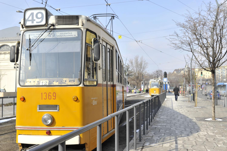 BUDAPEST_Tram jaune.jpg