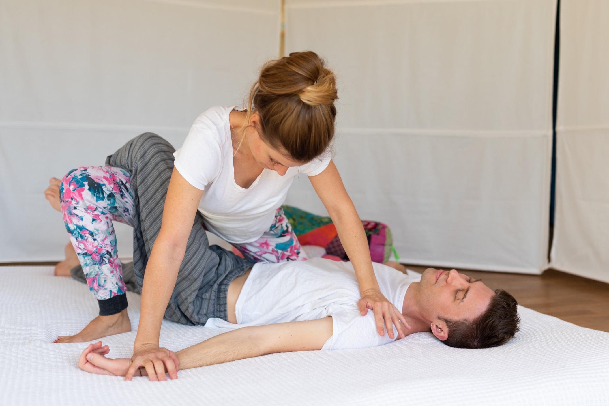 Thai-Yoga-Massage - Mit gezielter Massage der Marmapunkte, sanften Streck- und Dehnbewegungen und rhythmischem Druck von Handballen, Daumen und Füssen werden Energiebahnen angeregt und ins Fliessen gebracht.