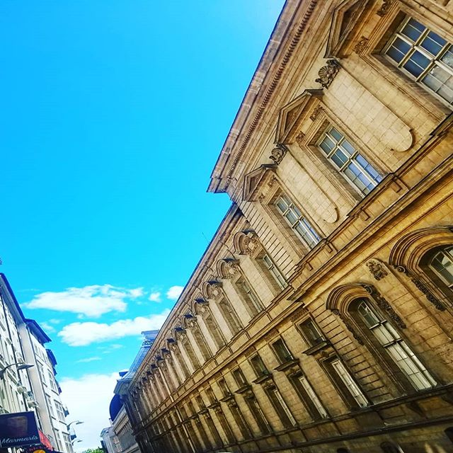 I really don't mind this walk to work on a Spring day #lyon #vieuxlyon #france #opera #operasingersofinstagram #spring #momswithcameras #skysthelimit 🇫🇷❤