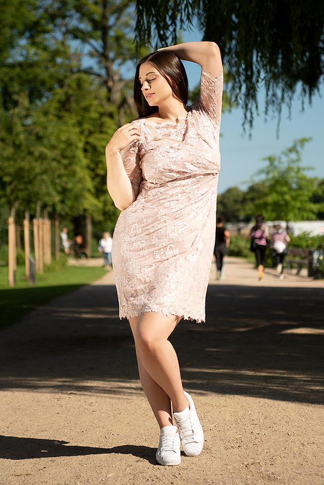 vollkommenbraut-curvy-brautmode-plus-size-brautkleider-abendkleid-standesamt-olvis-lace-spitzenkleid-rose-blush-nude-hamburg (1.jpg