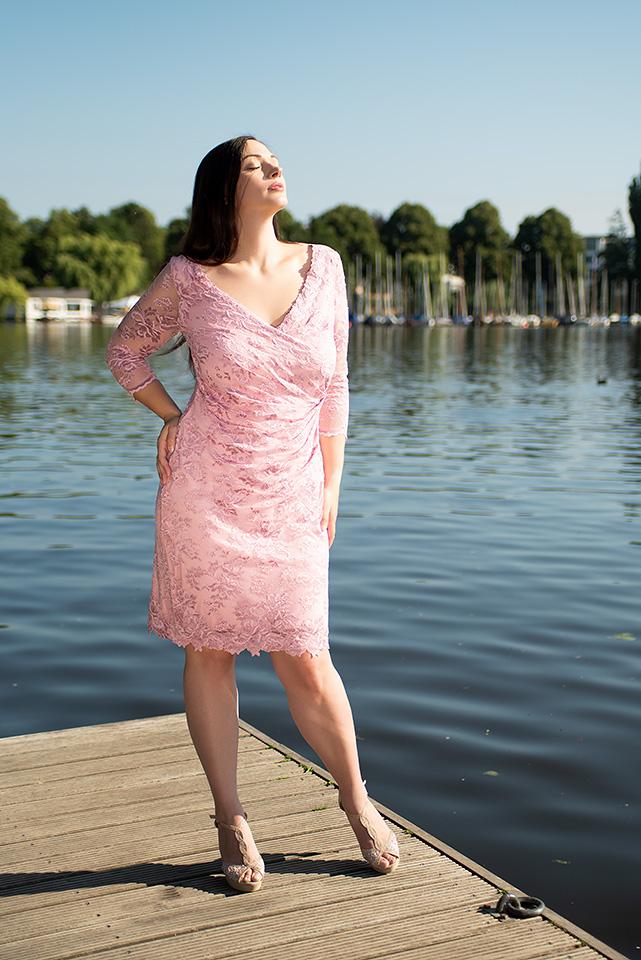 vollkommenbraut-curvy-brautmode-plus-size-brautkleider-abendkleid-standesamt-olvis-lace-spitzenkleid-pink-rosa-hamburg (4).jpg