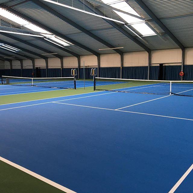 Zaterdag 30 juni is de officiële opening van onze nieuwe, super-de-luxe binnenbanen! Zie hier in net iets meer dan twee minuten het hele proces: https://youtu.be/Hy6kesJZEnc  #knltb #delft #tennis #tennpro #atp #usopen #gemeentedelft #tennistops #delftsdubbel