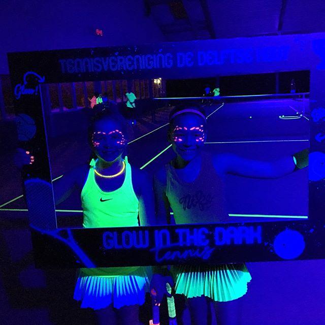 Glow in the dark tennis. Dit jaar niet alleen voor de jeugd maar ook voor de volwassenen! #knltb #gemeentedelft