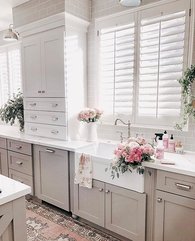 April showers bring May 🌸 and boy has it been non stop rain the last few days here in Utah. But it's worth it for all the fresh flowers we can't wait to put in our home!  What's your favorite flower to have? We love hydrangeas! 📸@desertdecor . . . . #howyouhome #apartmenttherapy #oneroomchallenge #kismetcheckoutmyhouse #luxeathome #interiordesign #interiordecor #home #homestyle #homedesign #interiors #interiorstyling #homeinspo #homesohard #mycovetedhome #peepmyhome #pocketofmyhome #showmeyourstyled #howwedwell #makehomeyours #lovetohome #myhomevibe #mydomaine #currenthomeview #decormercy #houseenvy #apartmentenvy #passionforinterior #smmakelifebeautiful