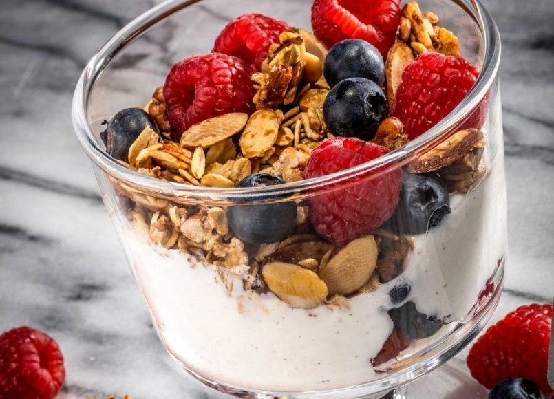 Yoghurt Parfait with Granola and Berries -