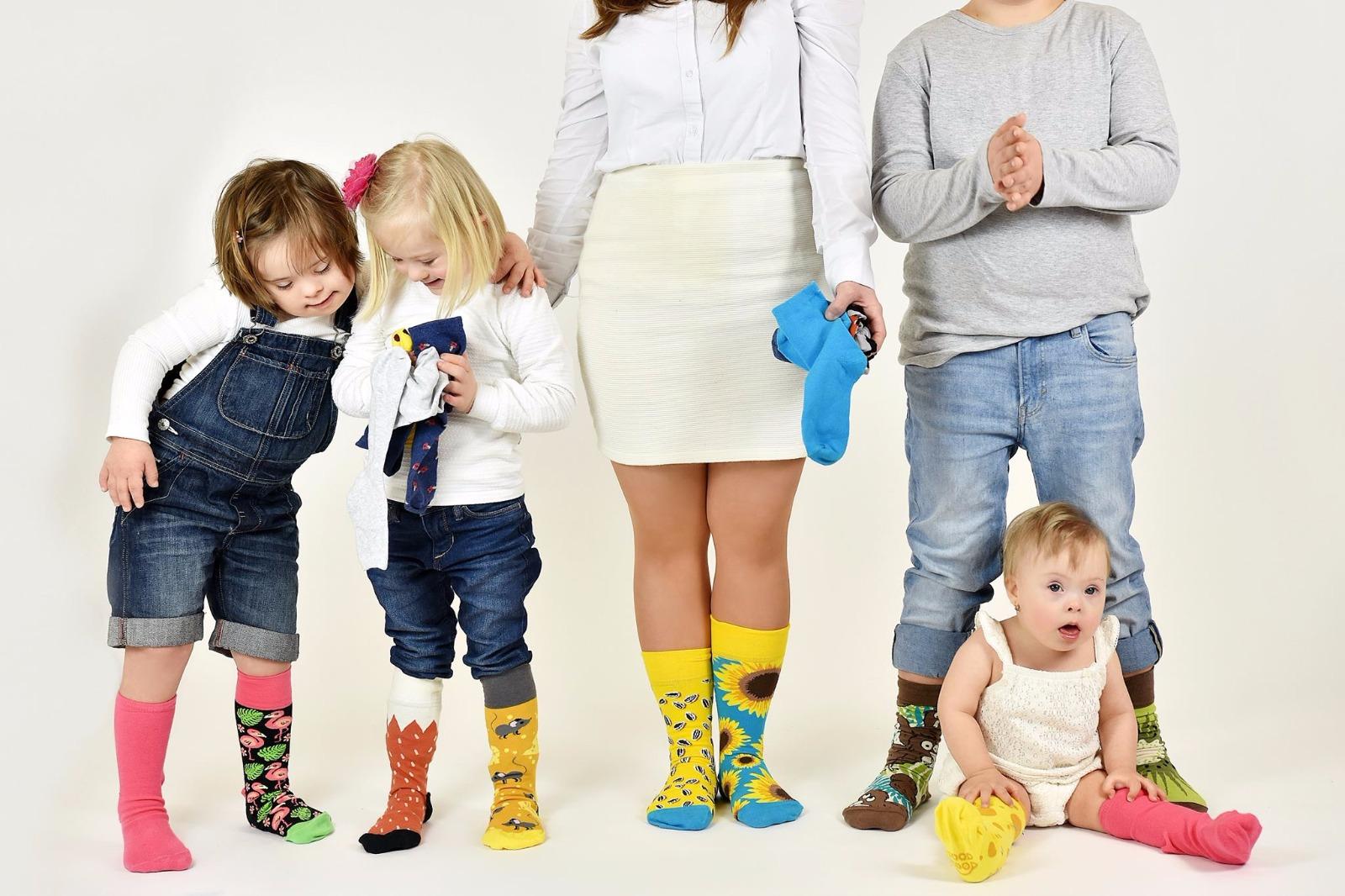 Kúp si veselé ponožkya urob niečo dobré - Dve rôzne ponožky má doma asi každý, ak však chcete byť originálni a navyše pomôcť ešte viac, riešenie je jednoduché. My, spoločnosť Dedoles, sa každoročne snažíme ponožkovú výzvu čo najviac rozšíriť a ľuďom s Downovým syndrómom pomôcť všemožnými spôsobmi.A jedným z našich produktov sú práve ponožky, ktoré sú odlišné a zároveň tvoria dokonalý pár.