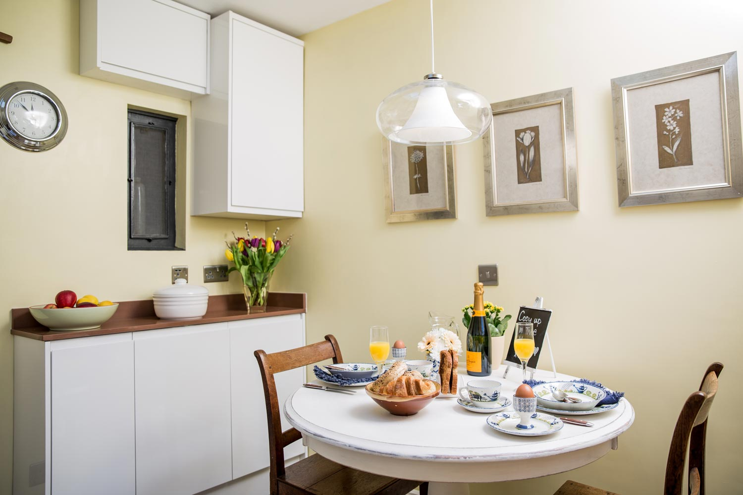Spacious kitchen diner with everything you need for a light breakfast or hearty dinner