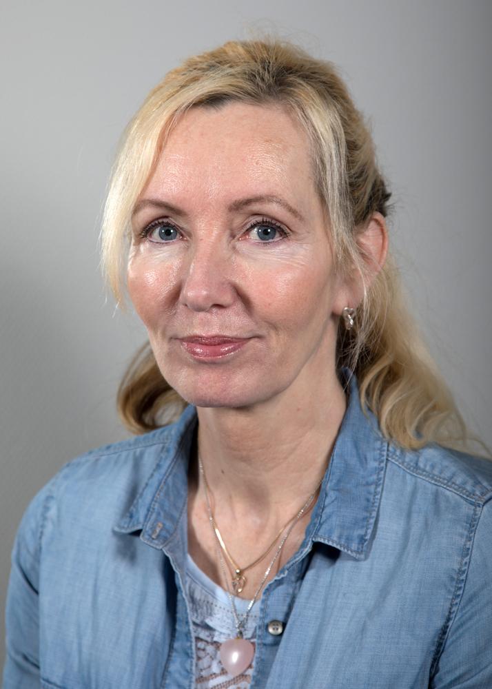Marianne Bar - Har jobbet på KNA siden 2011Medlem av Norges MassasjeforbundUtdanning:Massasje og terapifagskolen -2007Påbyggingskurs i anatomi, muskeltesting, teknikker –nakke, skulder, hofte, lår -2009Påbyggingskurs i nakke/skulderproblematikk og rehabilitering -2009Tape-teknikker for skulder -2009Påbyggingskurs i ortopedisk testing av skulder/nakke, muskelbehandlingsteknikker og treningsopplegg -2011Koppingkurs -2015Kairons grunnutdannelse i refleksologi/fotsoneterapi -2016/2017