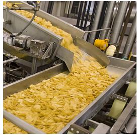 Produktion - På vores fabrik i Sverige bliver kartoflerne nøje udvalgt, og derefter vasket, og skåret i skiver. Derefter bliver de friteret i en unik blanding af raps- og solsikkeolie, der er sundere end andre olier. Til sidst krydrer vi med salt-og krydderier i nogle smagsvarianter.
