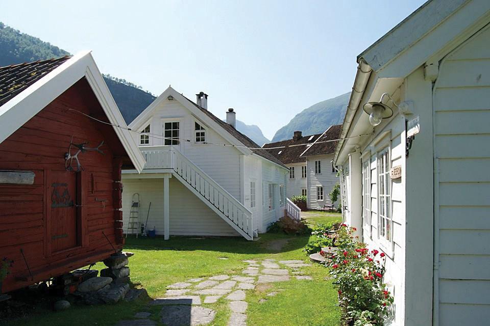 Vangsgaarden Gjestgiveri - Gjestgiveriet ligg idyllisk plassert i fjordbygda Aurland, innerst i Sognefjorden. Me har teke vare på tradisjonane som strekkjer seg tilbake til 1700-talet. Me tilbyr overnatting, restaurant og eit mangfald av aktivitetar i vårt nærområde.