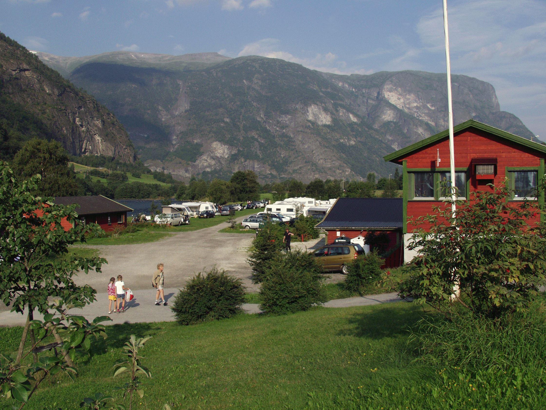Lunde Camping - Lunde Camping ligg idyllisk til ved Aurlandselva i kort avstand til sentrum.