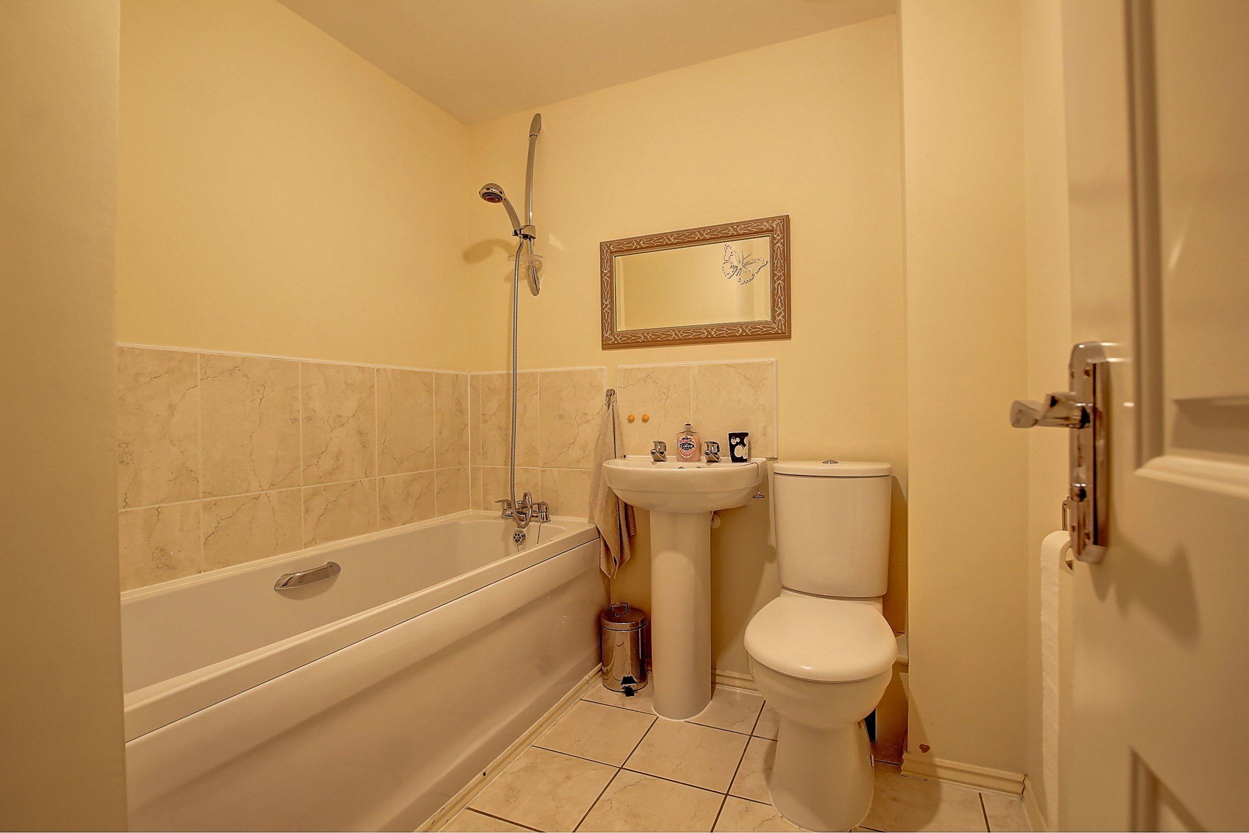 15 family bathroom.jpg