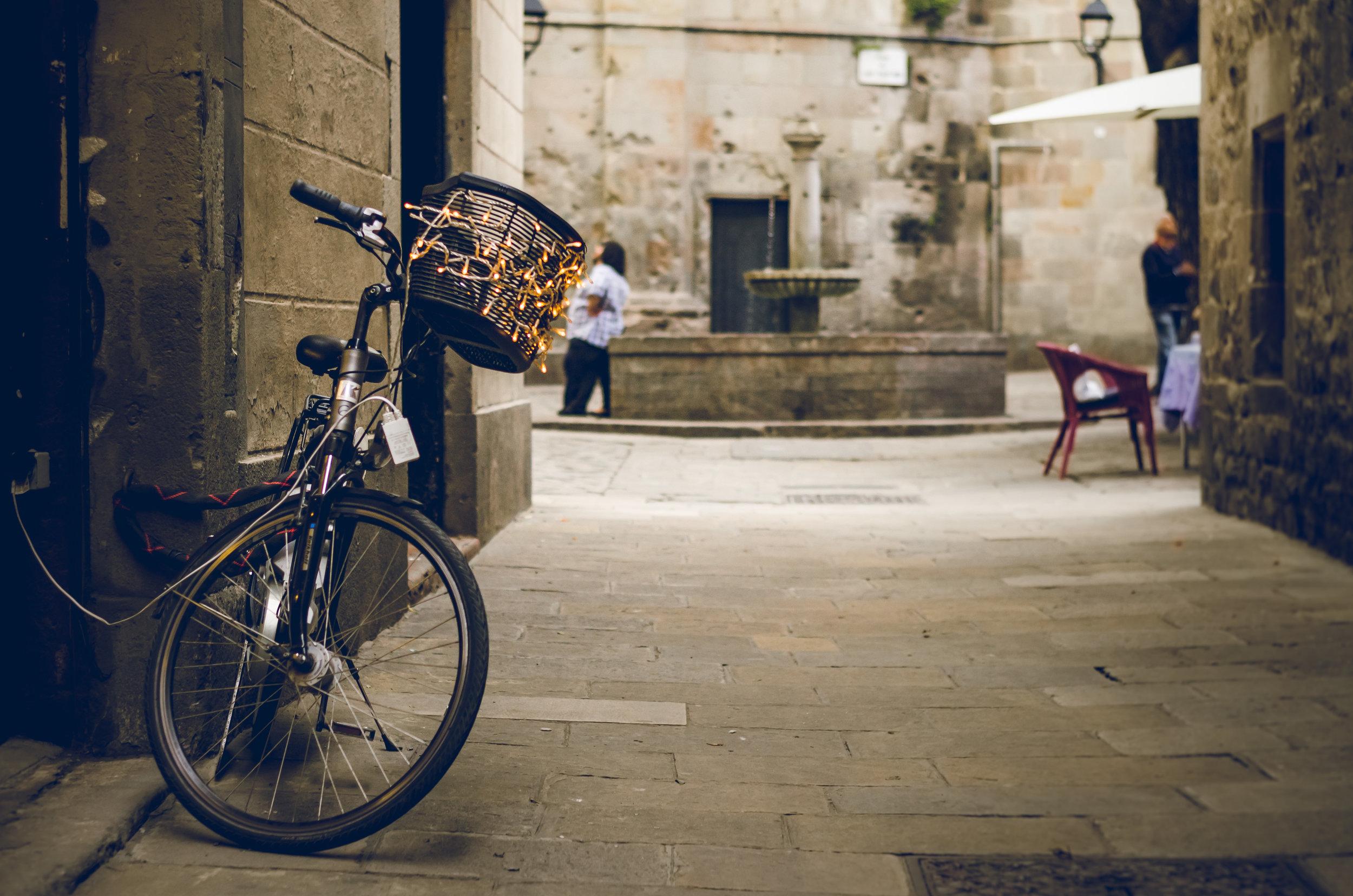 El Barrio Gótico. Visita guiada y copa de vino. - Aquí nació Barcelona, este es su corazón. Disfrutaremos de un verdadero museo al aire libre. Un paseo por la historia de la ciudad y de sus habitantes a través su centro político y religioso.Cada Miércoles y Viernes a las 17.00h.Duración del tour: 1h30min.Precio: 20€ (menores de 12 años: gratuito).