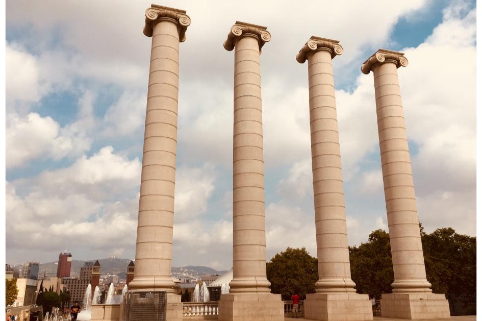 Montjuïc. Visita guiada a la montaña mágica. - La montaña mágica, la montaña olímpica…la montaña de Barcelona. Nos adentraremos en el pulmón de la ciudad. Nos dejaremos maravillar por su arquitectura y nos dejaremos sorprender por los infinitos rincones escondidos de este paraíso urbano.Cada Sábado y Domingo a las 17.00h.Duración del tour: 2h.Precio: 20€ (menores de 12 años: gratuito).