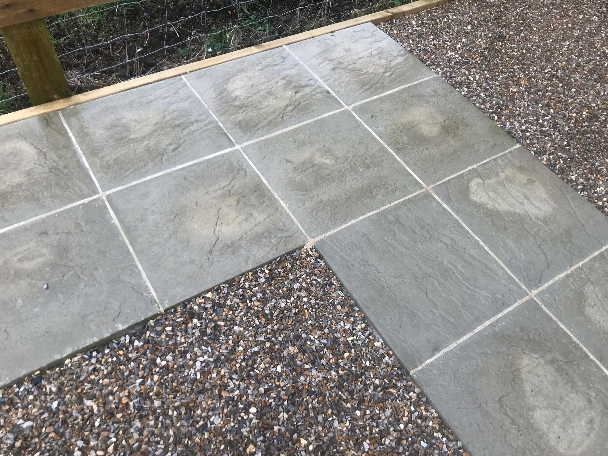 Simple paving slabs and gravel form a cost-effective but practical and attractive seating area