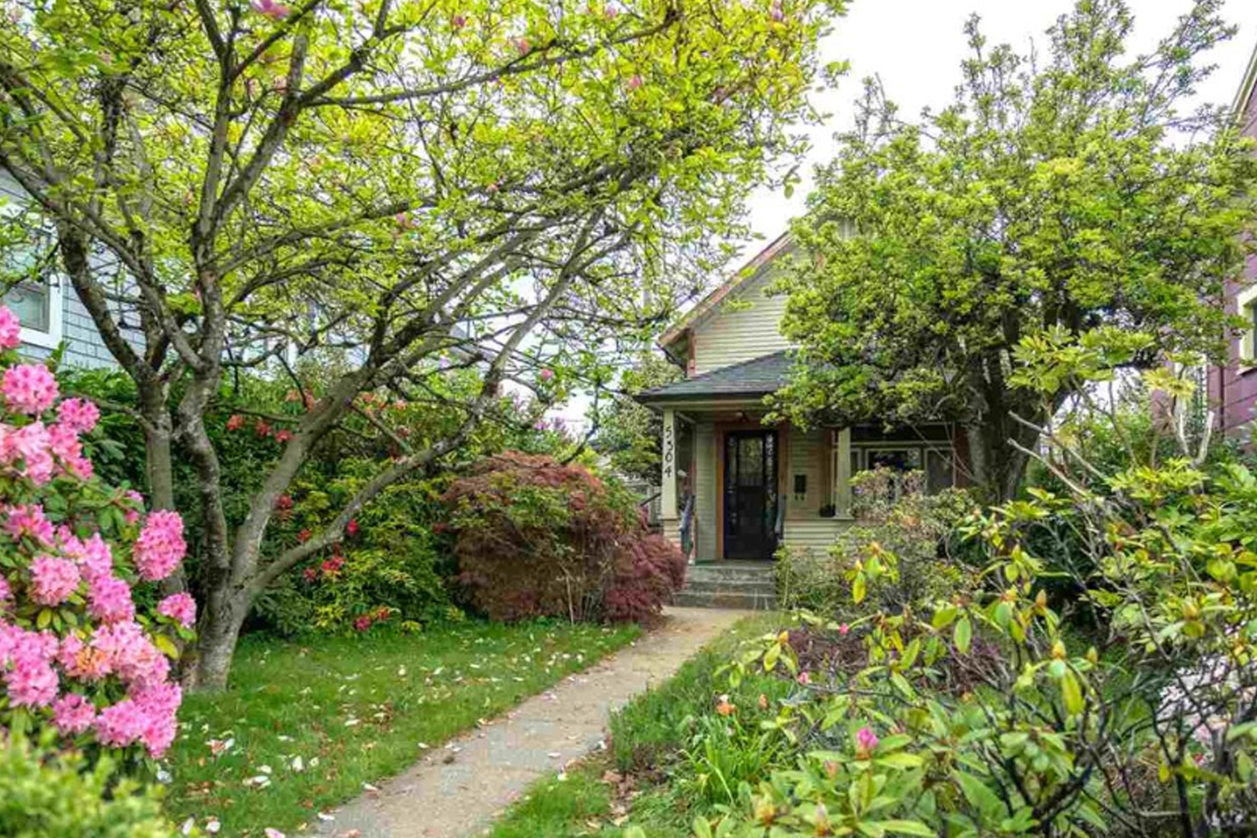 5304 Fraser Street    MLS  R2367197   LISTING PRICE  $949,000   Type  Detached House   Bed  2  Bath  1   SQ FT  906 sqft  $4389.43