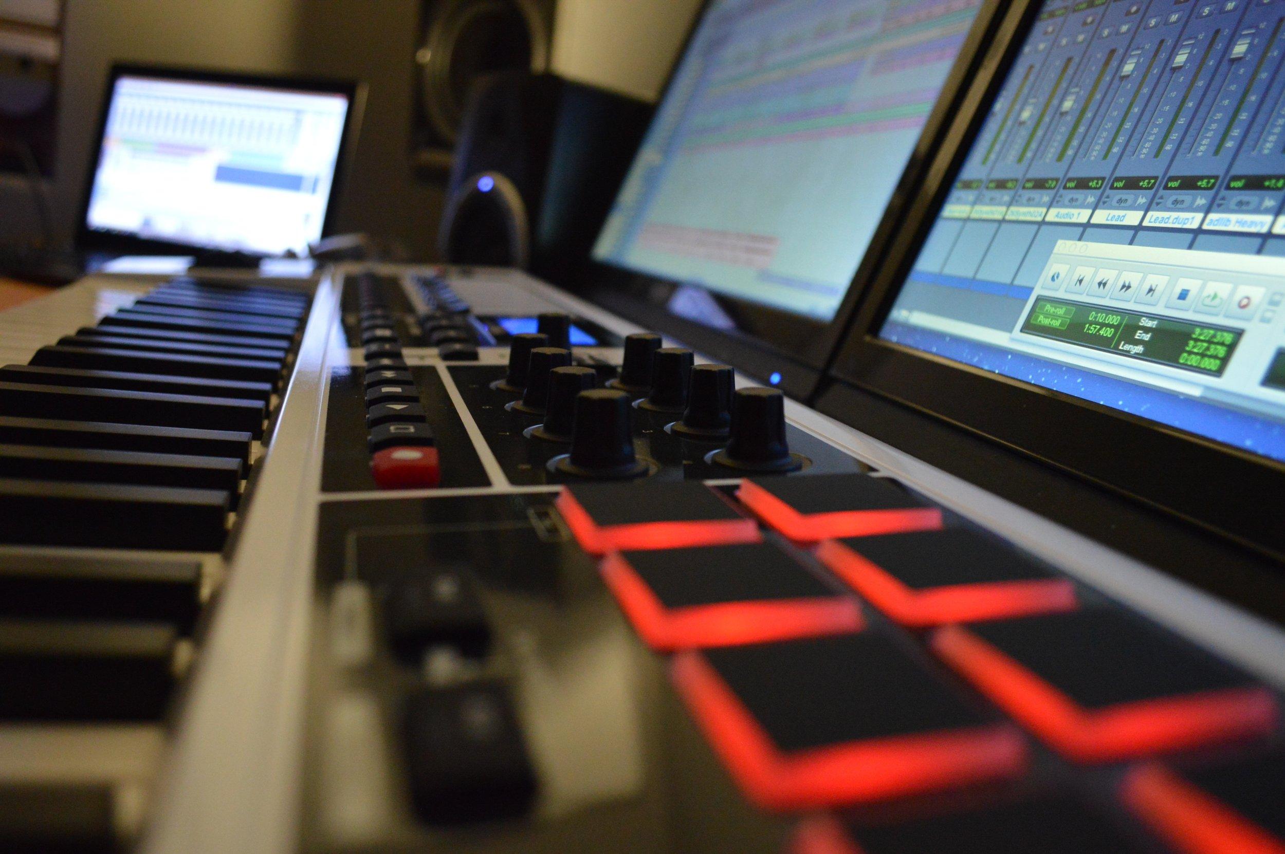 technology-design-editing-personal-computer-personal-computer-hardware-audio-engineer-102475-pxhere.com.jpg