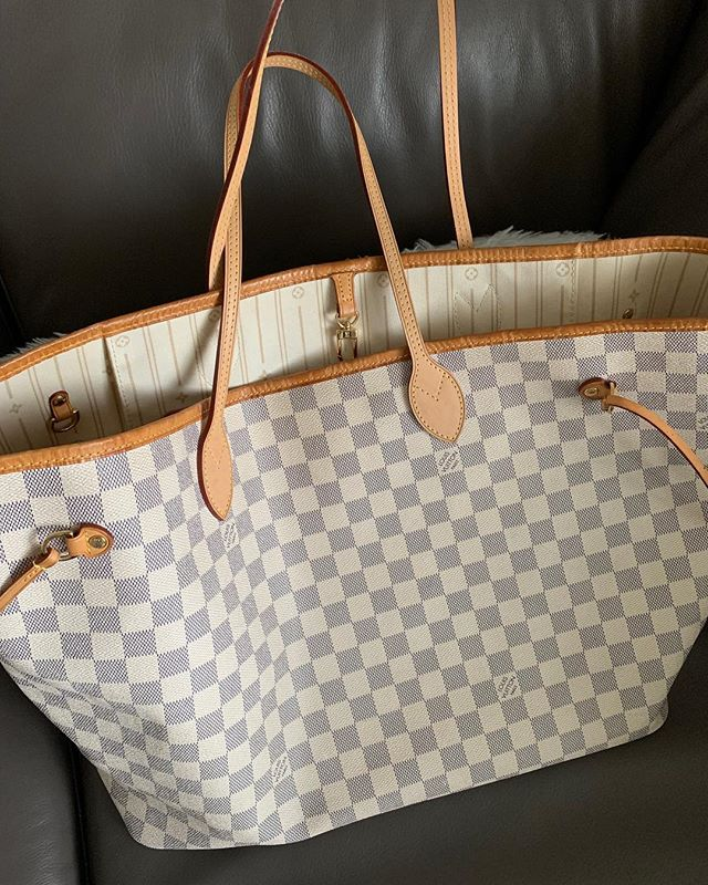 ITEM: Neverfull GM in Damier Azur BRAND: Louis Vuitton COLOR: White and Gray SIZE: Large CONDITION: Good Used, had the handles replaced a few years ago, the trim is a bit worn, some water spots on the inside pocket. Will come with a LV dustbag. PRICE: $730 SHIPPING: $20 MATERIAL: Canvas and Leather SELLER: @kina163 HASHTAGS (always start with #NB): Examples: #NBSmall #NBlarge #NBDoen #NBCarolineCallahan PROTOCOL: please tag me and leave your zip code to purchase. item goes to first zip code listed. please dm me your email so I can invoice you. If there are backups for this item I will move onto them after 3 hours of sending invoice.