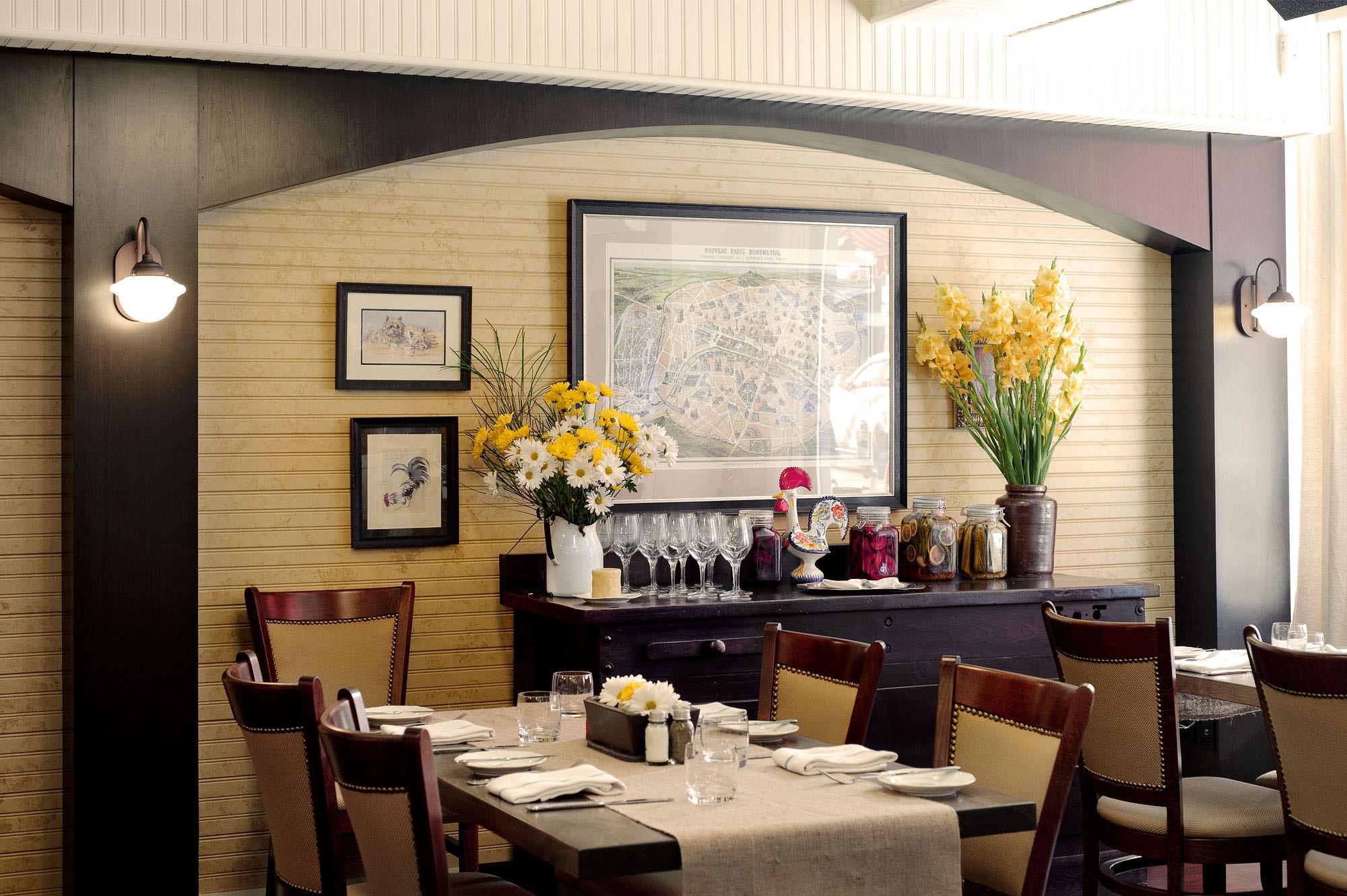 interior-design-french-restaurant-tables-flowers.jpg
