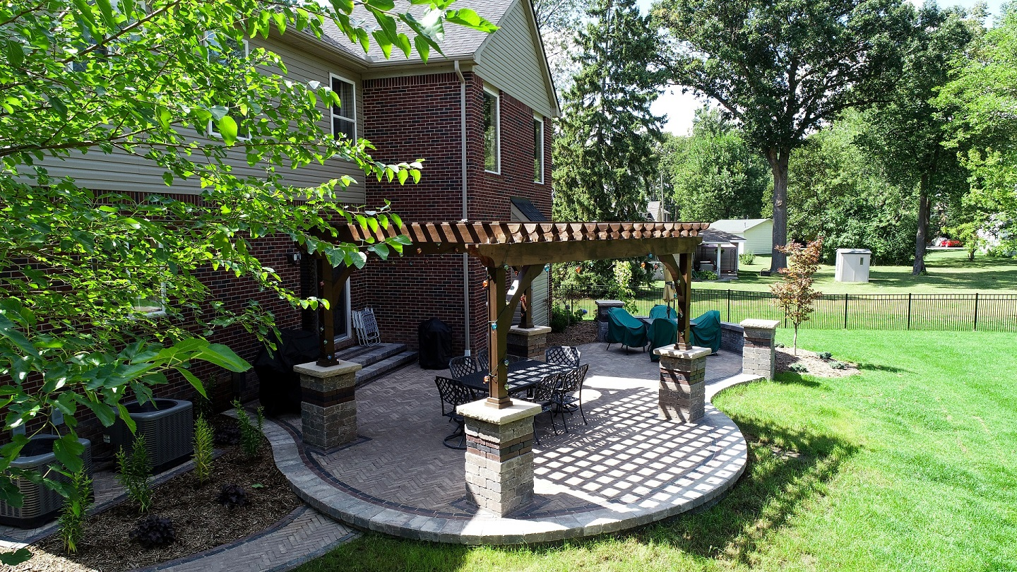 Patio pavers and retaining wall in Troy, Michigan
