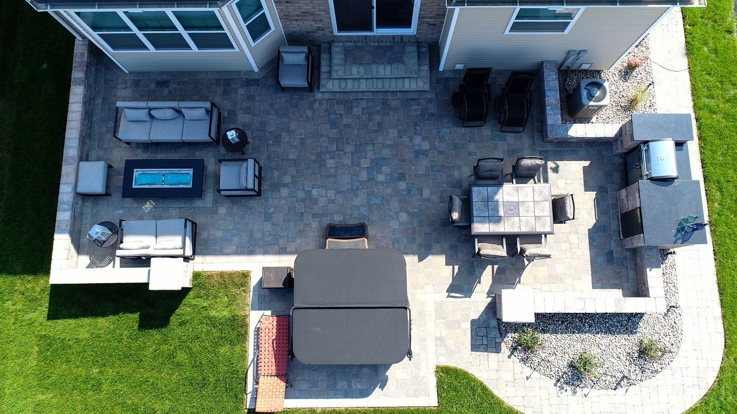 Landscape design with outdoor kitchen in Shelby Township, MI